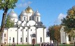Novgorod Veliky: courtyard along river embankment